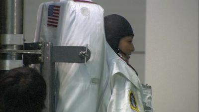 중성부력실 용 우주비행복을 입고 있는 등장인물 하이지마 료코